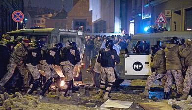 Násilnosti při protestech v Rize