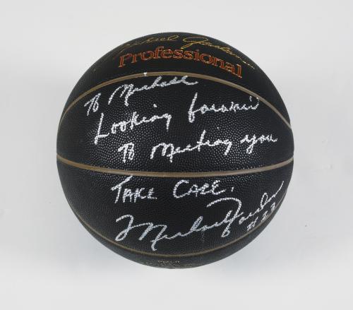 Basketbalový míč podepsaný Michaelem Jordanem