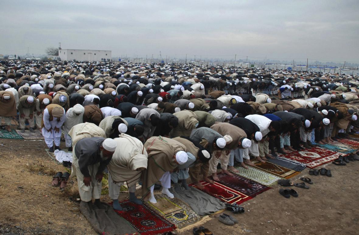 Afghánští uprchlíci při modlení
