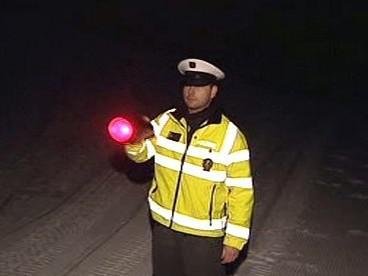 Policista zastavuje skútr