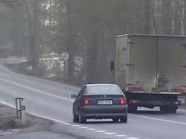 Auto předjíždí přes plnou čáru