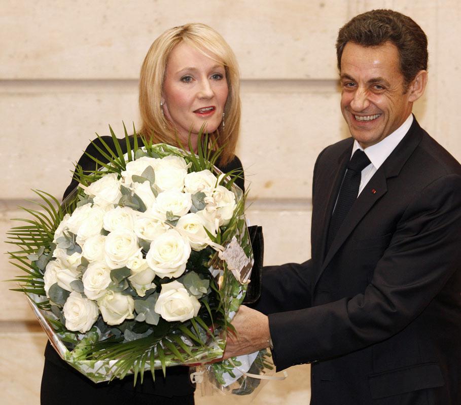 J. K. Rowlingová přebírá řád Čestné legie od N. Sarkozyho