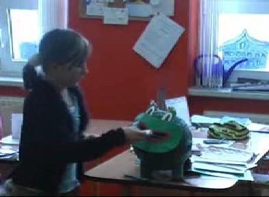 Žačka vkládá do žáby slib