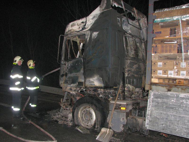 Hasiči u požáru kamionu