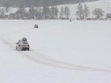Neukáznění řidiči přejíždějí zamrzlé Lipno