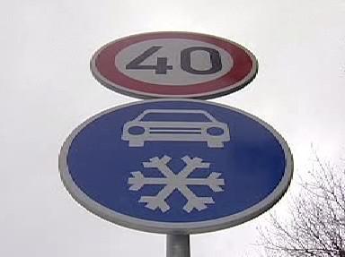 Značka upozorňující na nutnost zimní výbavy