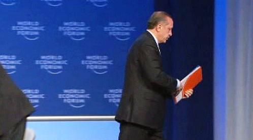 Recep Tayyip Erdogan odchází z pódia v Davosu