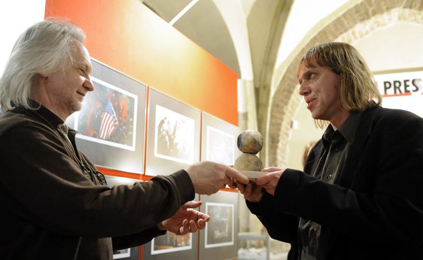 Michal Krumphanzl přebírá Cenu diváků na Czech Press Photo 2008