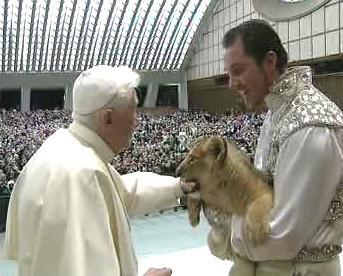 Benedikt XVI. s lvíčetem