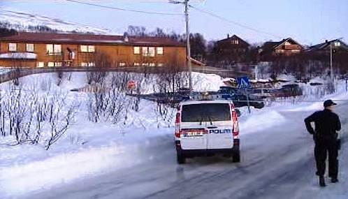 Norská policie před školou v Tromsö