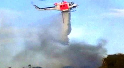 Vrtulník hasí požár