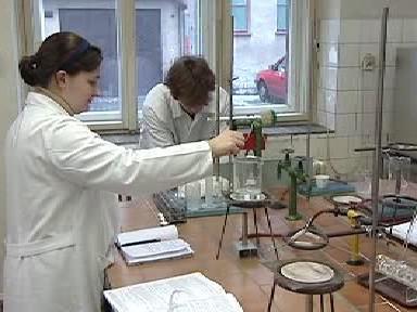 Studenti při práci v laboratoři