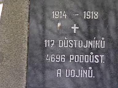 Detail pomníku na vojenském hřbitově