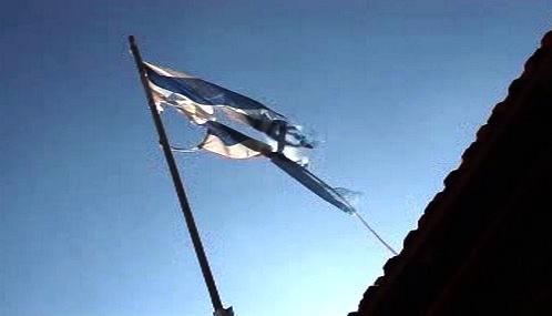 Izraelská vlajka poznamenaná válkou