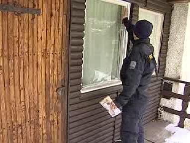 Policisté při kontrole chaty