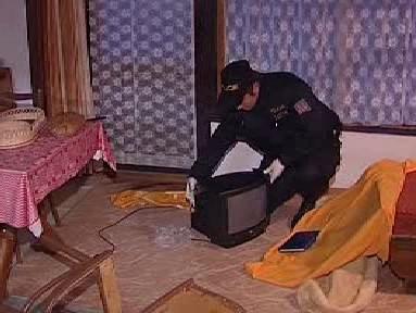 Policista zajišťuje stopy po krádeži