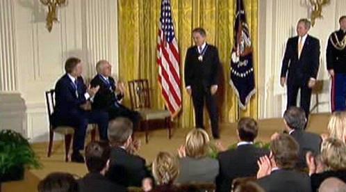 George Bush předal vyznamenání