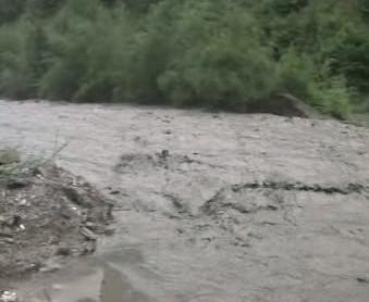 Rozbouřená řeka při povodních