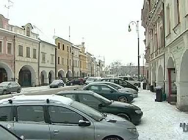 Auta parkující v ulicích Litomyšli