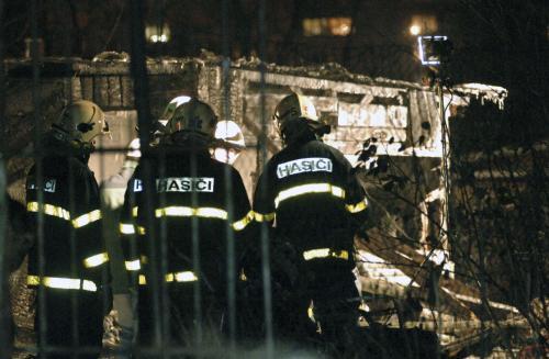 Hasiči likvidují požár chatových objektů