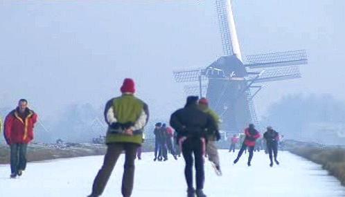 Nizozemci bruslí na zamrzlých vodních kanálech