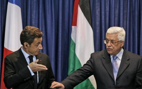 Nicolas Sarkozy a Mahmúd Abbás