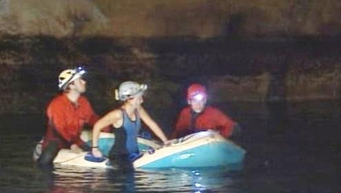 Geologové v jeskyni