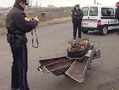 Policista při dokumentaci kovového odpadu