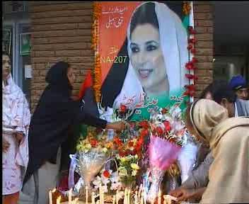 Pákistánci uctívají památku Bénazír Bhuttové