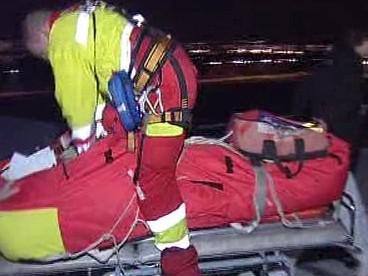 Záchranáři oživují zavalenou skialpinistku