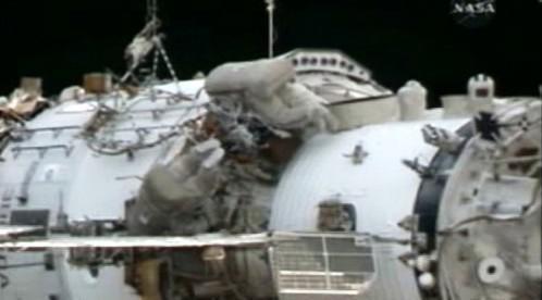 Kosmonauti instalují na ISS sondy