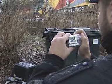 Městský strážník při fotodokumentaci