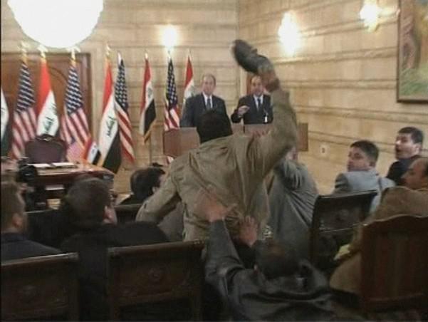 Irácký novinář hází po Bushovi svou botou