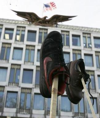 Protest před americkou ambasádou v Londýně