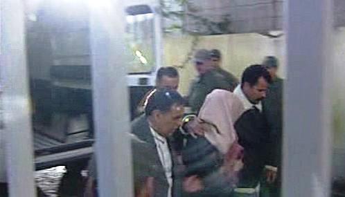 Abdalláh Ahríz je odváděn k soudu