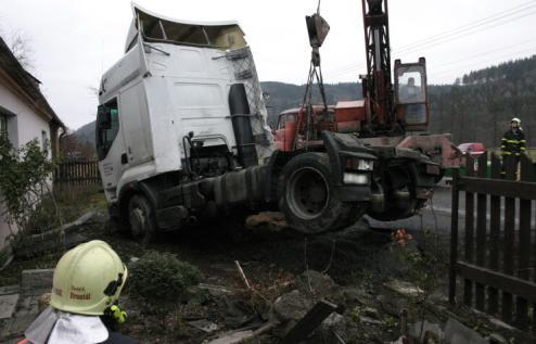 Vyprošťování havarovaného kamionu
