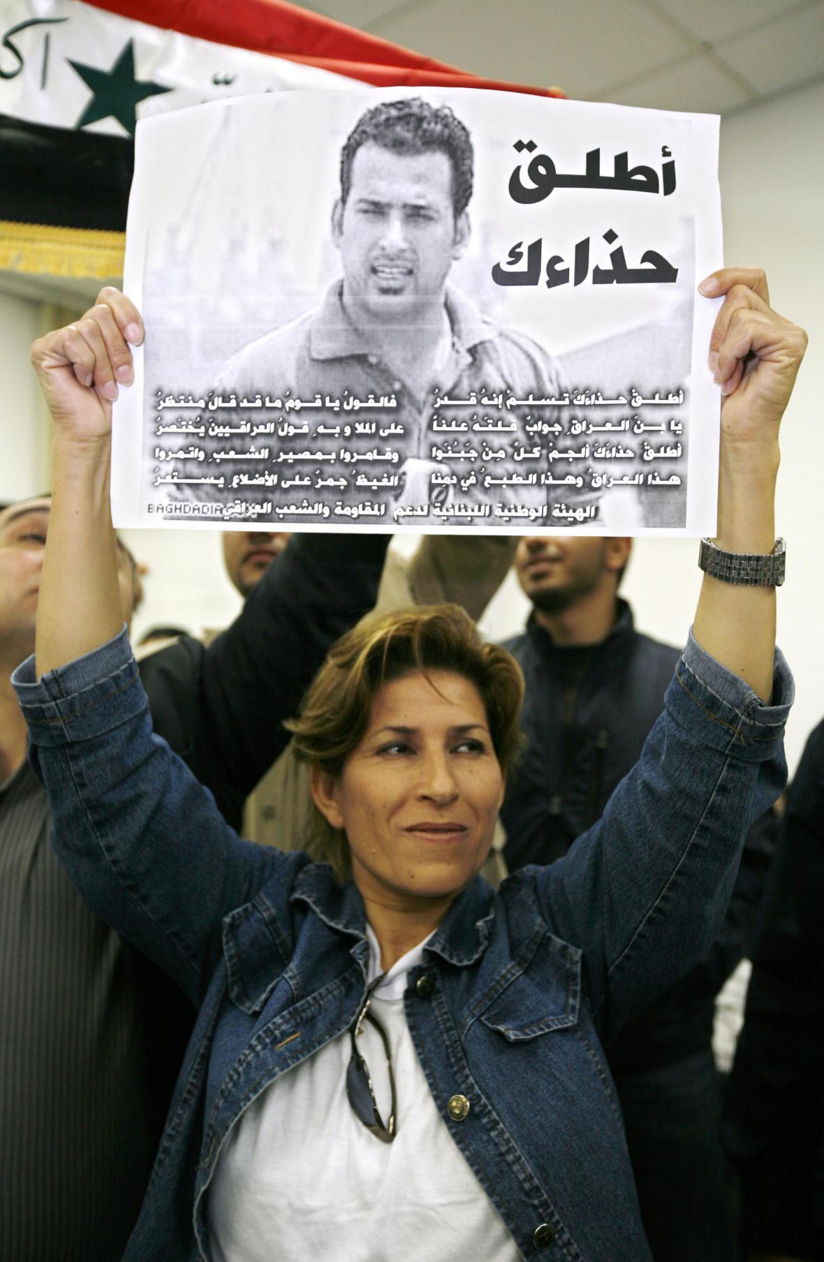 Libanonská novinářka na demonstraci se Zajdího obrázkem