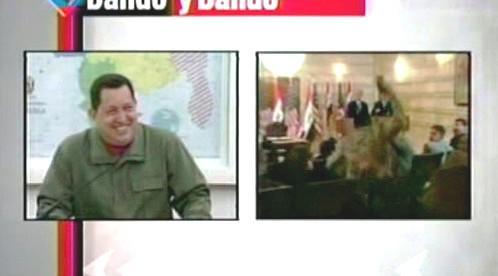 Hugo Chávez sleduje video