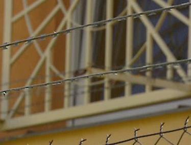 Ostnatý drát ve věznici