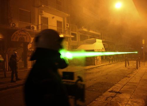 Demonstranti zaměřující laserem
