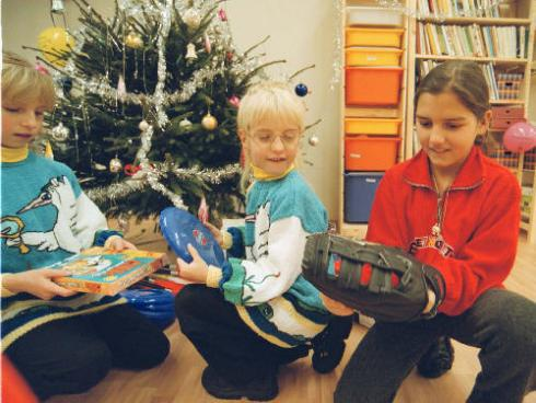 Děti rozbalují dárky