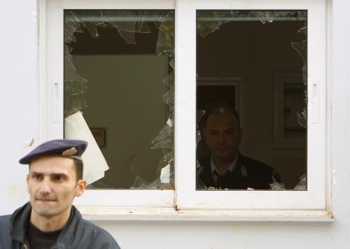 Útoky demonstrantů na aténskou policejní stanici