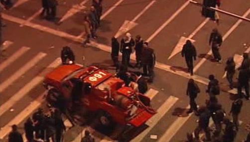 Studenti se zmocňují hasičského vozu