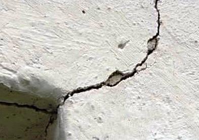 Prasklina po zemětřesení v západních Čechách