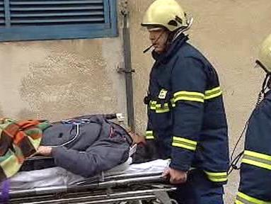 Hasiči při nácviku evakuace raněných