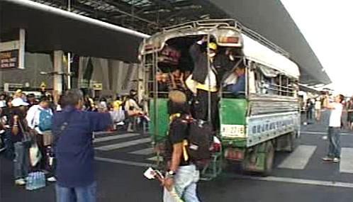 Demonstranti opouštějí letiště v Bangkoku
