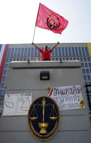 Demonstrant na budově thajského ústavního soudu