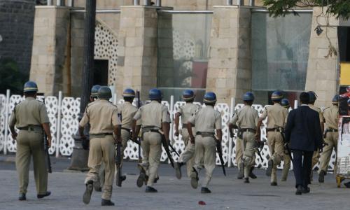 Indičtí policisté u hotelu Tádž Mahal