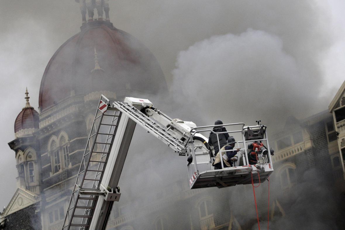 Speciální záchranné jednotky použíly hasičskou plošinu jako stanoviště pro ostřelovače