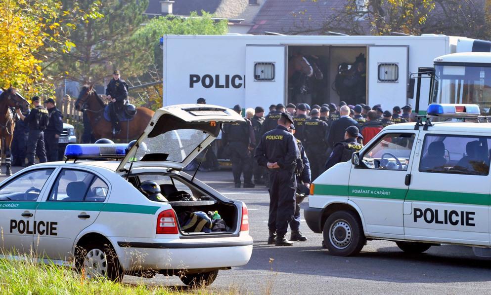 Přípravy policistů na pochod extremistů